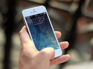V obchodech po celém Brně prodávali padělky mobilních telefonů. Inspektoři jich zabavili přes tisíc