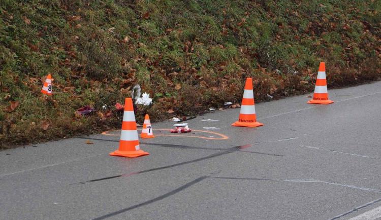 FOTO: Policisté hledají svědky páteční nehody, při které auto srazilo a zabilo chodkyni