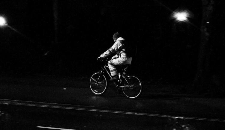 Řidič dodávky srazil cyklistku. Policisté hledají svědky nehody