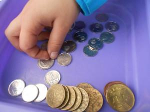 Jak funguje bankomat nebo peněžní půjčka? Školáci z jižní Moravy se učí finanční gramotnosti