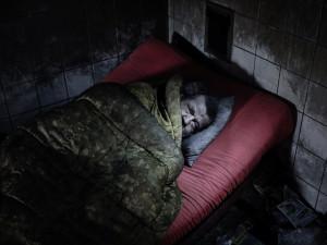 Noční mrazy ohrožují lidi bez domova na životě. Darovat noc v teple přitom tolik nestojí