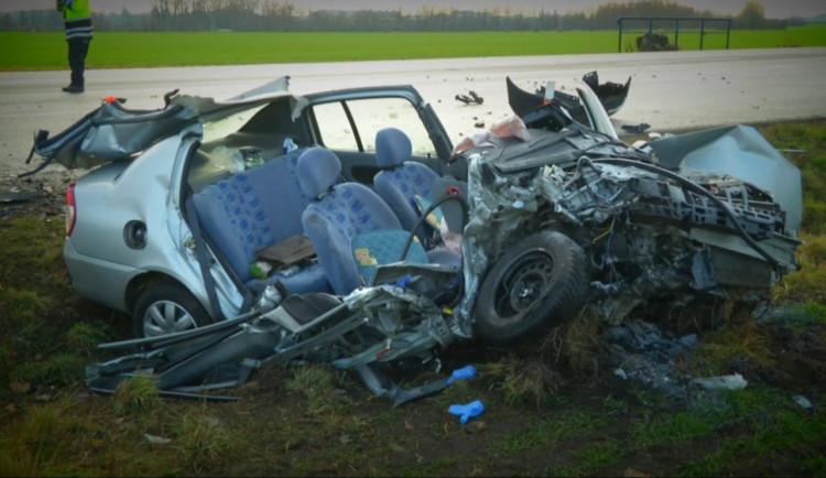 Vážná nehoda v Hodoníně. Řidička zůstala zaklíněná v autě, záchranáři ji museli resuscitovat
