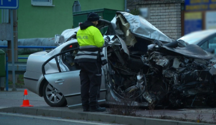 Mladý řidič napálil Superba do zábradlí. Devatenáctiletý spolujezdec na místě zemřel