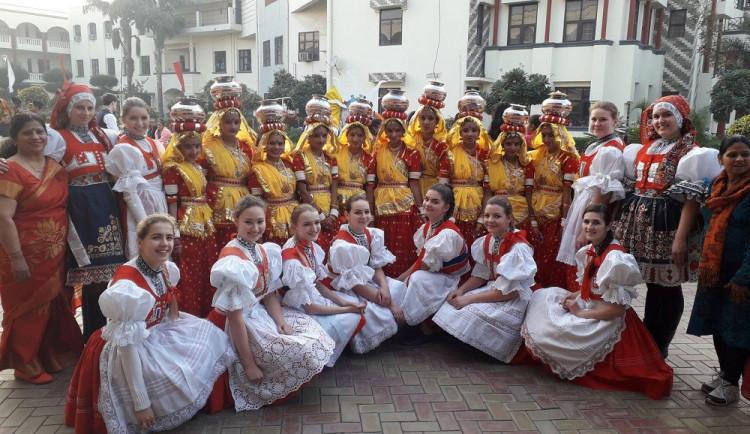 #Moto_na_kari: Mladá Motovidla z jižní Moravy vyrazila do Indie tančit a bránit práva žen