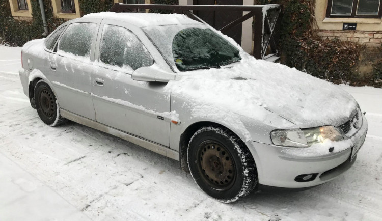 V hlavní roli škrabka a smetáček aneb jak a co očistit v zimě na autě, abyste nedostali pokutu