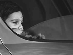 Neznámý muž láká u školy v Tišnově do auta malé chlapečky