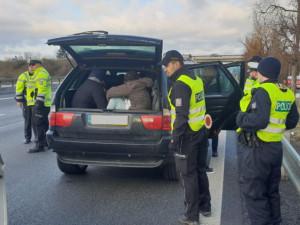 Ze Slovenska se řítilo BMW plné migrantů z Iráku. Auto u Brna zastavil až policejní zátaras