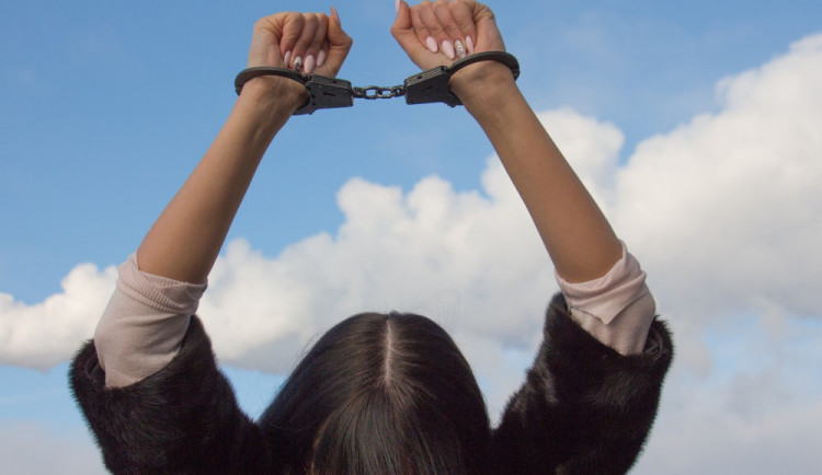Opilá dcera sprostě nadávala a napadala rodiče, prospala se na policejní cele