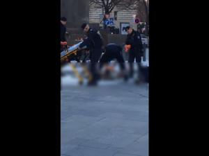 VIDEO: Na Václavském náměstí v Praze se zapálil muž, kolemjdoucí ho uhasili