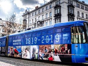 Masarykova univerzita slaví 100 let. Městem křižuje šalina, chystají se poštovní známky, přijede prezident Kiska