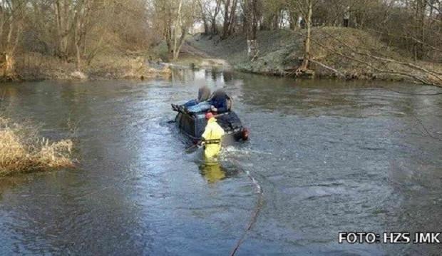 FOTO: Dva muži se pokusili autem přebrodit rozvodněnou Dyji. Ze střechy je musel zachránit hasiči