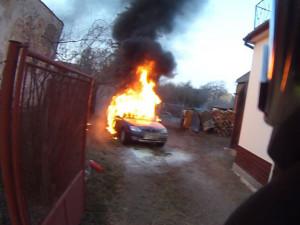 VIDEO: Pohotový soused zachránil život seniorovi a dvouleté holčičce. Vytáhl je z hořícího auta