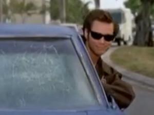 Muži se nechtělo škrabat námrazu z předního skla, do práce jel s hlavou vystrčenou ven z okýnka