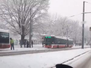 VIDEO: Vydatné sněžení způsobilo na jižní Moravě kalamitu. MHD v Brně nabírá až hodinová zpoždění