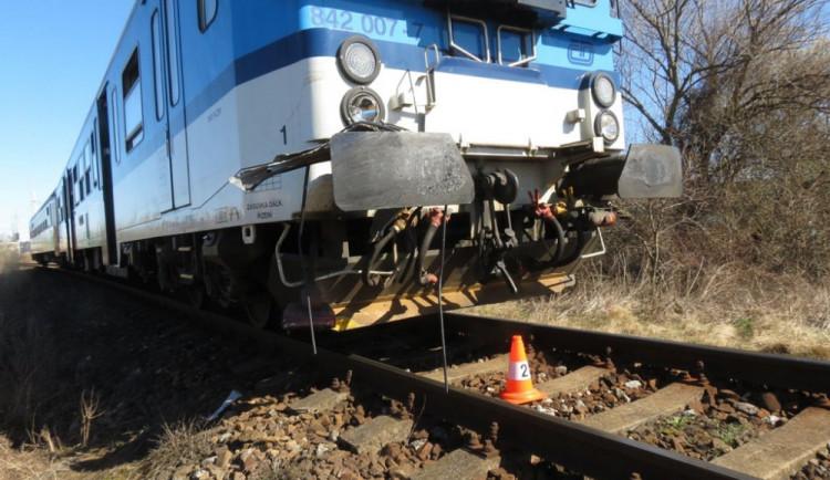 Osobní vlak srazil a zabil mladého člověka, co šel po kolejišti. Muž nereagoval na troubení