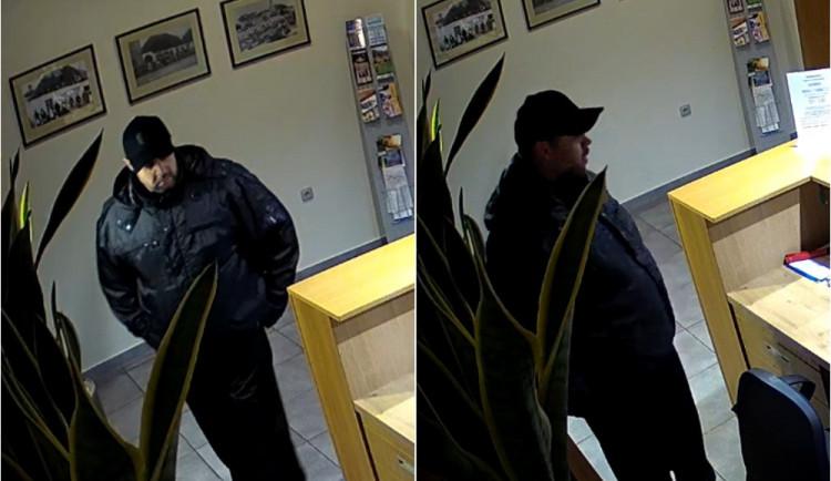 VIDEO: Zloděj vykradl recepci hotelu. Nepoznáte ho někdo?