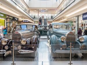 FOTO: Uprostřed Vaňkovky parkují nádherní veteráni Bugatti