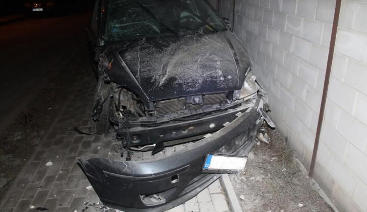 FOTO: Opilý dvacetiletý řidič vylétl ze zatáčky a napálil to do auta a rodinného domu