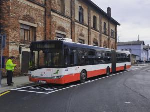 Autobusová zastávka se na dolním nádraží posunula blíže cestujícím. Vznikne zde i parkoviště a odpočinková zóna