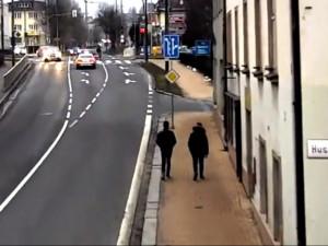 VIDEO: Dva cizinci okradli ženu ve Vyškově přímo u policejní stanice