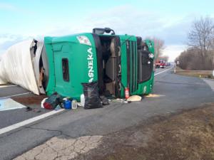 FOTO: U Nových Mlýnů boural dnes ráno kamion. Frekventovaná silnice je neprůjezdná