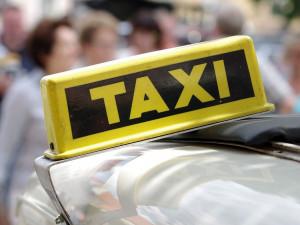 Taxíky nebudou muset mít taxametr, rozhodla vláda. Taxikáři protestují