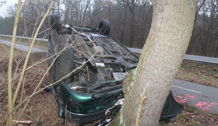 FOTO: Opilý dvacetiletý mladík otočil auto na střechu a opřel ho o strom, domů se vydal pěšky