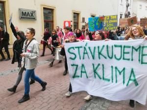 FOTO/VIDEO: Stovky středoškoláků dnes v Brně protestovaly za klimatickou spravedlnost