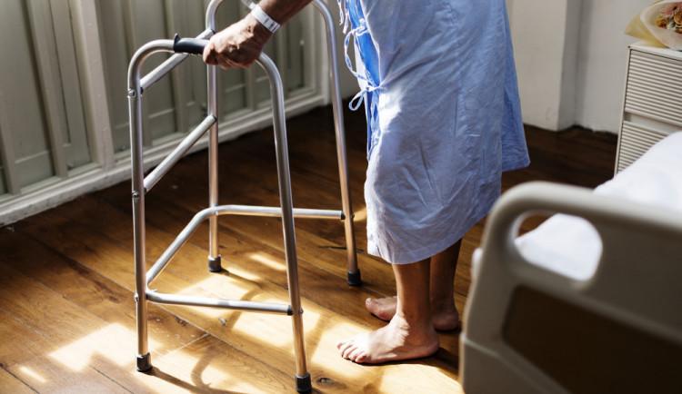 Seniorka o berlích skákala v Brně v noci po silnici, mířila z nemocnice domů