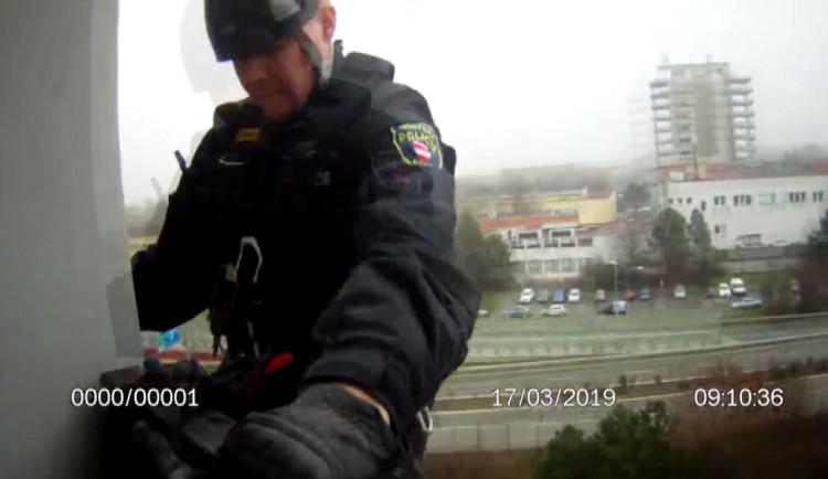 VIDEO: Brněnští strážníci zachránili devadesátiletou seniorku, slanili se k ní přes balkón
