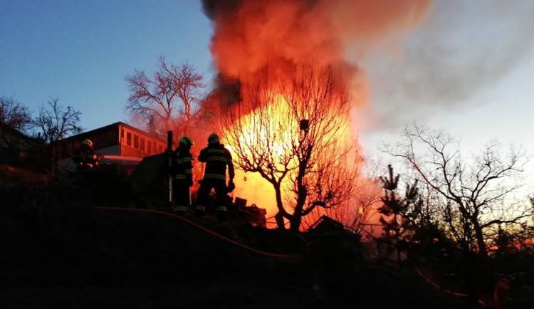 FOTO: Hasiči dnes nad ránem likvidovali požár chaty v Brně. Dva lidé skončili v nemocnici