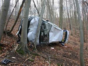 FOTO: Muž zapomněl zatáhnout ruční brzdu, jeho nová Fabie se skutálela lesem