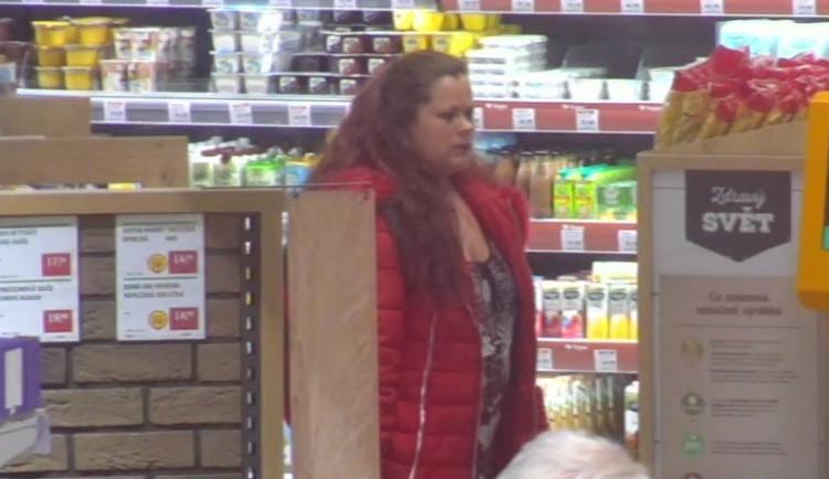 VIDEO: Žena pomáhala zloději krást v brněnském supermarketu, nepoznáte ji?