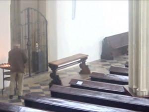 S 'udicí' do kostela – muž chodil s drátem lovit peníze z kasičky