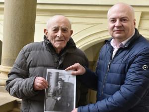 Devětadevadesátiletý válečný veterán se vrátil do Brna na místo, kde se před 60 lety oženil
