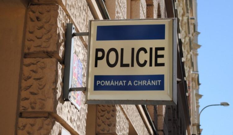 Muž bez řidičáku přijel na policejní stanici, zaparkoval na místo pro policisty a v klidu nakráčel do budovy