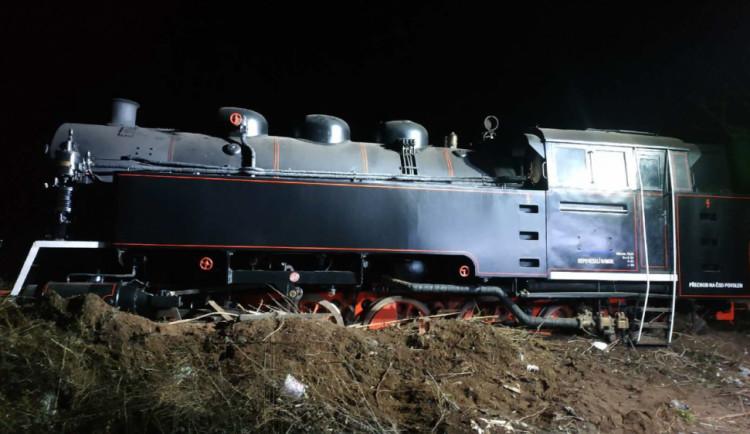 Při opravě se uvolnila historická parní lokomotiva, narazila do zarážedel a vykolejila