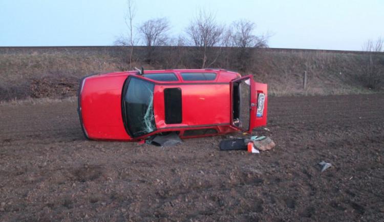 FOTO: Mladá řidička předjížděla v zatáčce, nezvládla řízení a poslala auto na střechu