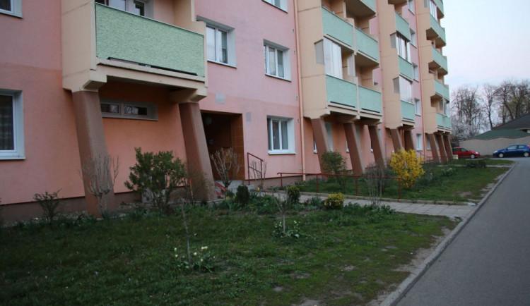 Muž vypadl z balkonu v pátém patře, pád přežil
