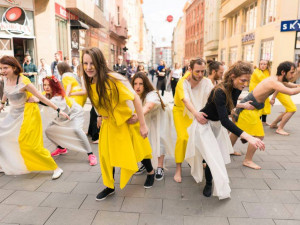 Do Brna se sjíždí mladí divadelníci z celého světa. Bláznivým průvodem a koncerty pod širým nebem začne Encounter