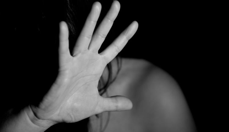 Muž v noci zaútočil na náhodnou mladou ženu, zachránili ji svědci. Policisté nyní po ženě pátrají