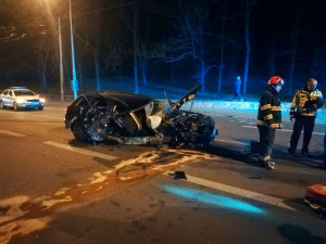 FOTO: Na Úvoze v noci bourala dvě auta. Podle svědků předcházela bouračce rychlá jízda městem