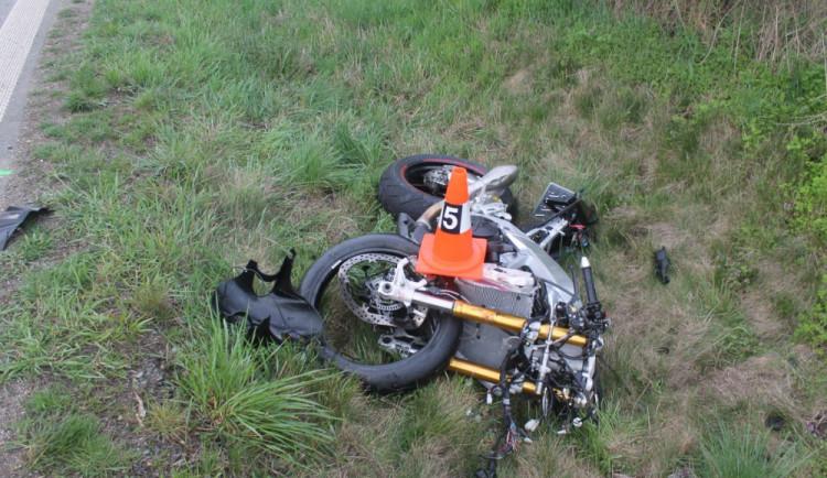 FOTO: Motorkář zemřel po srážce s Fabií. Náraz byl tak silný, že odhodil auto ze silnice