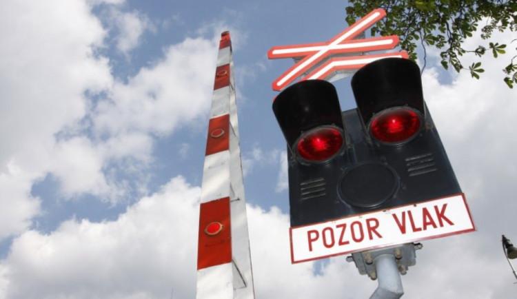 Devatenáctiletý řidič vjel na Vyškovsku na přejezd v době, kdy svítila signalizace. Do auta narazil vlak