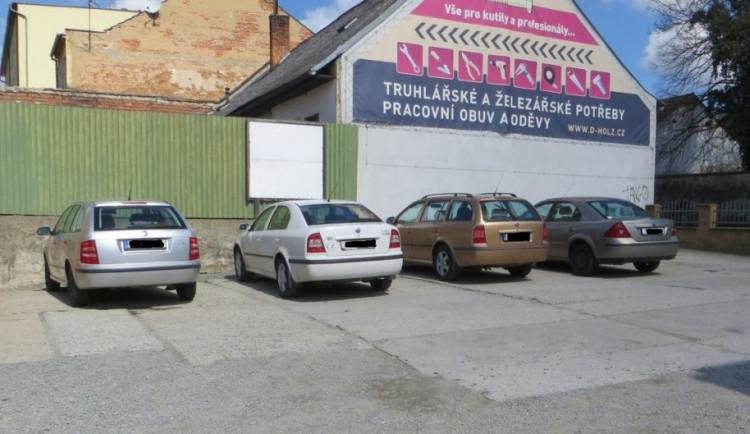 Neznámý vandal se vyřádil na zaparkovaných autech. Poškrábal dveře, kapotu i sklo