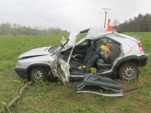 Řidič Felicie dostal v otáčce na mokré silnici smyk a narazil do stromu. Na místě zemřel