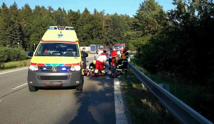 Motorkář předjížděl na Vyškovsku v zatáčce a skončil v příkopu. Na místě zemřel