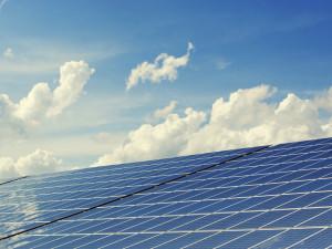 Soud v Brně poslal dva muže do vězení za podvod se solárem. Předstírali instalaci tisíců panelů