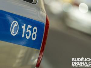 Bílá dodávka zavadila při předjíždění zrcátkem o chodce, policisté hledají svědky