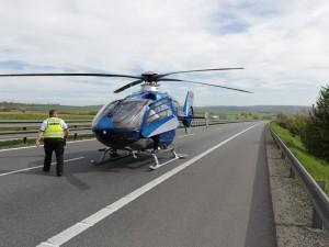 Dva mladí policisté zachránili život zkolabovanému řidiči uprostřed plného provozu na D1